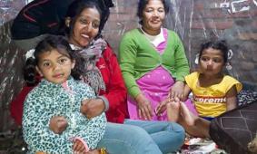 Purnima en Sumnima met ouders en Mina